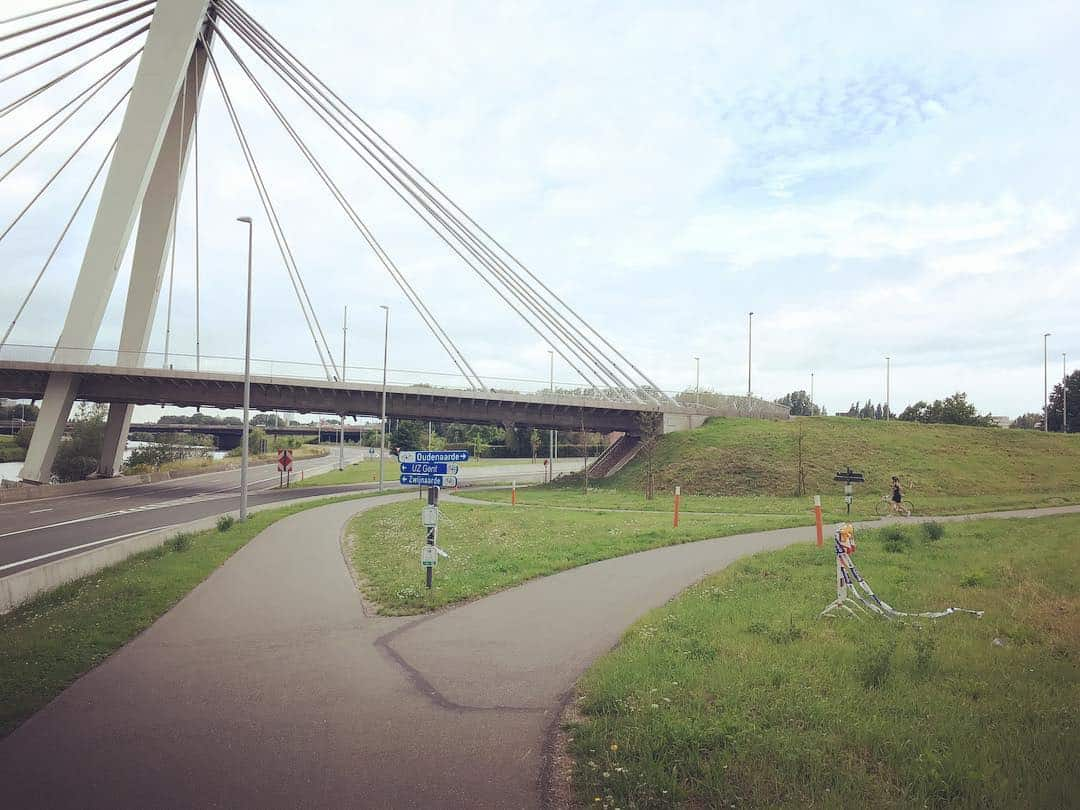 Wandel rechtdoor onder de brug