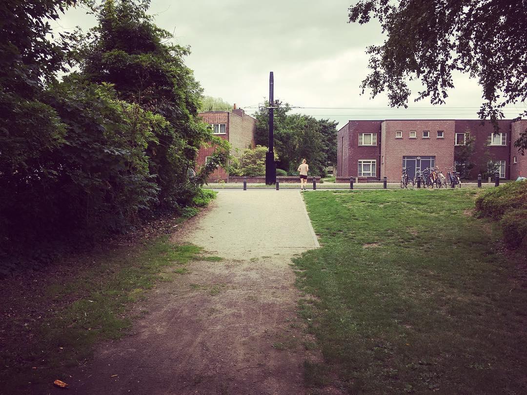 Steek de straat over en wandel rechtdoor over het pad.