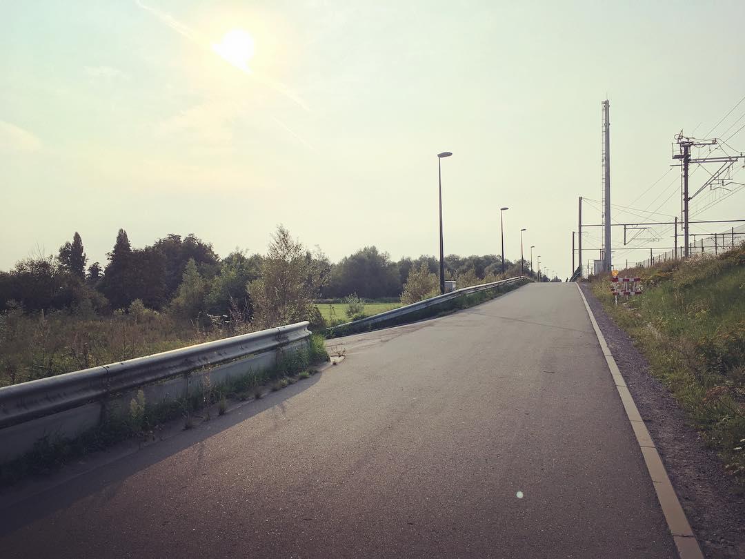 Ga hier naar links en vervolgens direct rechts via het wandelpad parallel met de Pontstraat